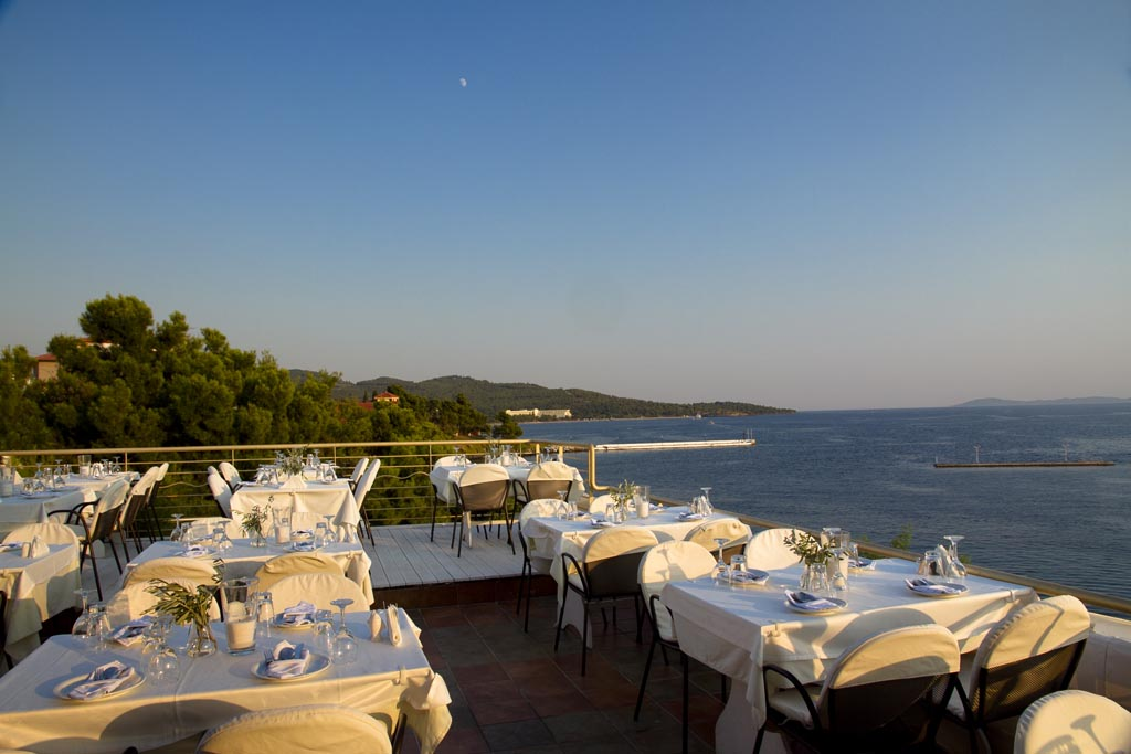 Okyalos sea food. Restaurant, Neos Marmaas)