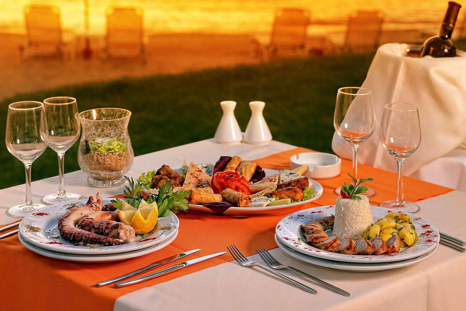 Romantic dinner on a picturesque beach)